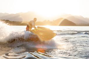 Man riding jet ski on lake, Beijing, Chinaの写真素材 [FYI03561976]