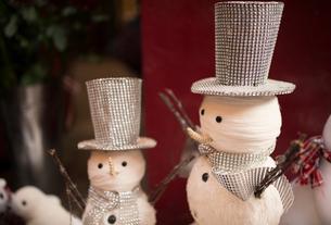 Christmas snowmen in Covent Garden shop window, London, UKの写真素材 [FYI03562079]