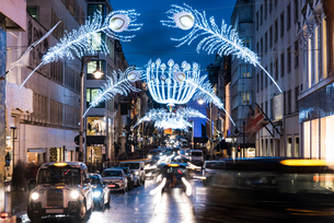 Christmas lights and traffic on city street at dusk, London, UKの写真素材 [FYI03562084]