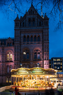 Illuminated carousel by Natural History Museum at dusk, London, UKの写真素材 [FYI03562087]