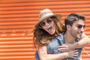 Man giving friend piggyback, Coney island, Brooklyn, New York, USAの写真素材 [FYI03562369]