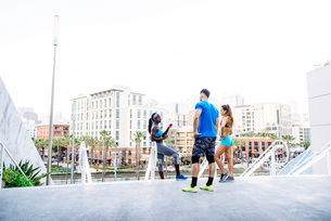 Man and two young women training, chatting on stairway at sport facility, downtown San Diego, Califoの写真素材 [FYI03562489]