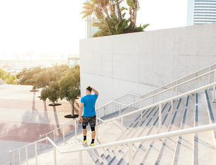 Man training, on stairway at sport facility, downtown San Diego, California, USAの写真素材 [FYI03562498]
