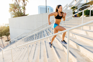 Young woman training, running up stairway at sport facility, downtown San Diego, California, USAの写真素材 [FYI03562501]
