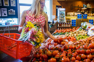 Woman shopping for vegetables in supermarketの写真素材 [FYI03562653]