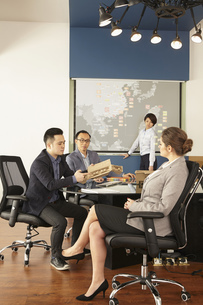 Asian and caucasian management meeting  in boardroom of printing and packaging factory, Chinaの写真素材 [FYI03563136]