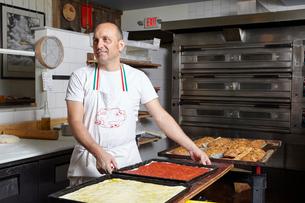 Baker working in bakeryの写真素材 [FYI03563242]