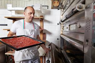 Baker working in bakeryの写真素材 [FYI03563243]