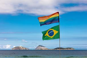 Flags flying on beach, Ipanema, Cagarras islands, Rio de Janeiro, Brazilの写真素材 [FYI03563310]