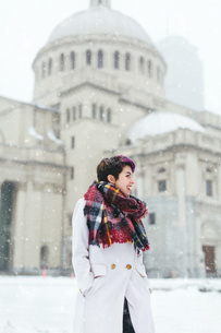 Young woman standing in front of the Christian Science Centre and Prudential building with snow, Bosの写真素材 [FYI03563412]