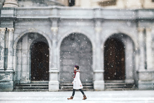 Young woman in front of the Christian Science Centre, Boston, Massachusetts, USAの写真素材 [FYI03563414]