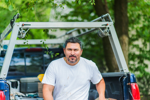 Portrait of man on pick-up truck looking at cameraの写真素材 [FYI03563848]