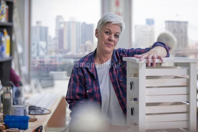 Portrait of senior female carpenter in furniture making workshopの写真素材 [FYI03563895]