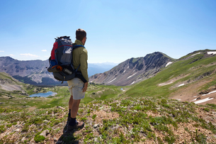 Male backpacker looking out at landscape, Never Summer Wilderness, Colorado, USAの写真素材 [FYI03563983]