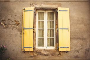 Window with shutters, Boutenac, Franceの写真素材 [FYI03564236]