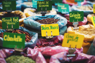 Herbs and spices on display at market, Narbonne, Franceの写真素材 [FYI03564249]