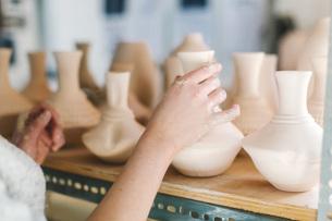 Artist working in pottery studioの写真素材 [FYI03564270]