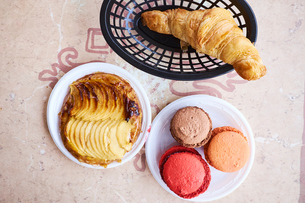 Assortment of pastries and macaroonsの写真素材 [FYI03564293]