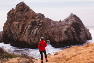 Hiker enjoying view on beach, Big Sur, California, USAの写真素材 [FYI03564477]