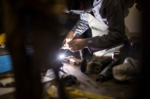 Welder wearing welding mask weldingの写真素材 [FYI03564689]