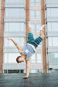Man breakdancing on concrete floor, Boston, Massachusetts, USAの写真素材 [FYI03564747]