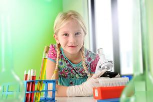 Portrait of girl pretending to be scientist in laboratoryの写真素材 [FYI03565395]