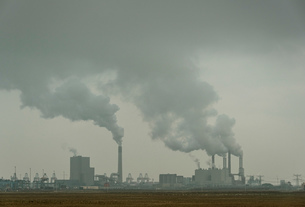 Two coal fired power stations at Maasvlakte, Rotterdam harbour, Netherlandsの写真素材 [FYI03565519]