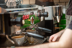 Cropped shot of barista preparing coffee in cafeの写真素材 [FYI03565689]