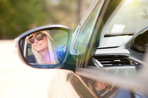 Woman looking out of car windowの写真素材 [FYI03565775]