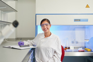 Portrait of scientist in laboratory looking at camera smilingの写真素材 [FYI03565848]