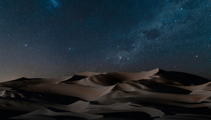 View of dunes under starry night sky, Namib Desert, Namibiaの写真素材 [FYI03566004]