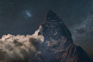 Low cloud at Matterhorn under starry night sky, Zermatt, Canton Wallis, Switzerlandの写真素材 [FYI03566013]