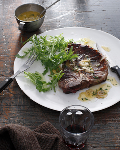 Bistro meal of T-Bone Steak with bercy sauce and red wine on tableの写真素材 [FYI03566204]