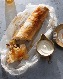 Bistro dessert of apple strudel and cream on tableの写真素材 [FYI03566210]