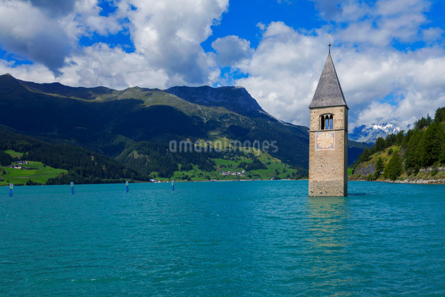 Submerged Curon church bell tower in lake, Vinschgau Valley, South Tyrol, Italyの写真素材 [FYI03566368]