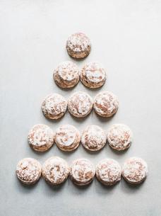 Overhead view of fresh scones in triangle shapeの写真素材 [FYI03566384]