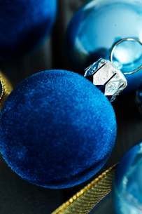 Overhead view of blue velvet Christmas baublesの写真素材 [FYI03566483]