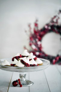 Christmas decorations and meringues on cake standの写真素材 [FYI03566494]