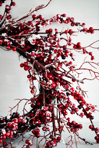 Cropped shot of twig and red berry christmas wreathの写真素材 [FYI03566497]