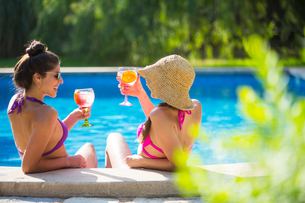 Women in swimming pool enjoying a drinkの写真素材 [FYI03566791]
