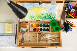Box of paint, paintbrushes, drawing and assortment of colour pencils and painting toolsの写真素材 [FYI03567153]