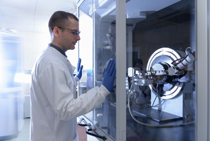 Scientist operating crystal x-ray diffraction machine in crystal engineering research laboratoryの写真素材 [FYI03567217]