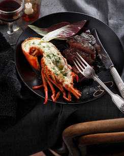 Lobster and steak, surf and turf, close-upの写真素材 [FYI03567268]