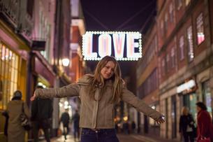 Young woman enjoying Christmas lights, Carnaby Street, London, UKの写真素材 [FYI03568014]