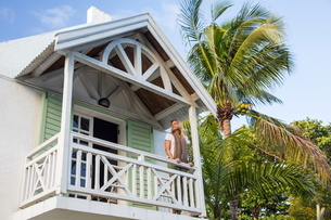 Mature woman standing on balcony of house, Roches Noire, Mauritiusの写真素材 [FYI03568042]
