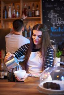 Barista making coffeeの写真素材 [FYI03568337]