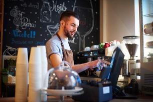 Barista using cash registerの写真素材 [FYI03568341]