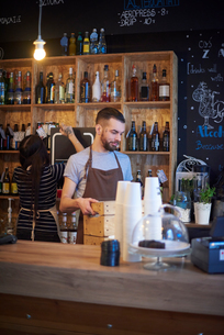 Baristas working behind counterの写真素材 [FYI03568344]