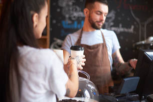 Barista using cash registerの写真素材 [FYI03568348]