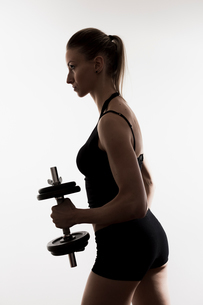 Woman lifting weightsの写真素材 [FYI03568364]